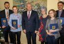 Burmistrz Bobowej wręczył nagrody nauczycielom