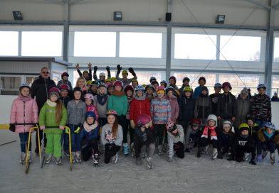 Uczniowie Szkoły Podstawowej ze Stróżnej na lodowisku w Białej Niżnej