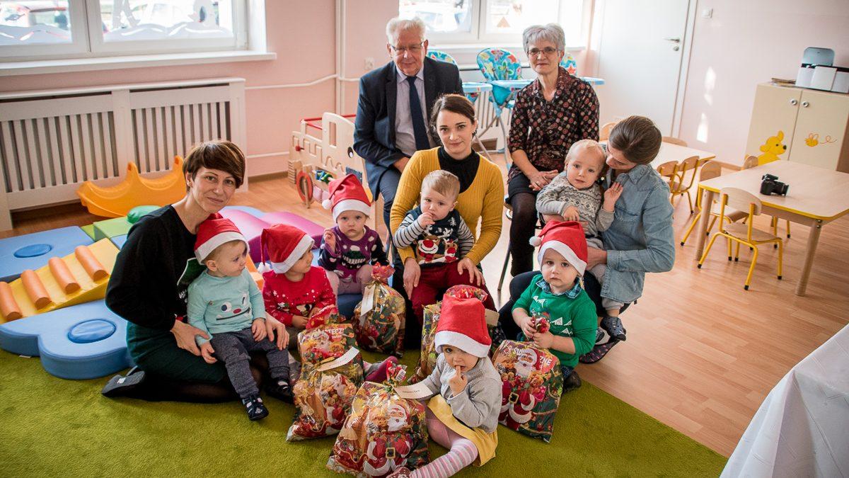 Burmistrz rozdał upominki od św. Mikołaja
