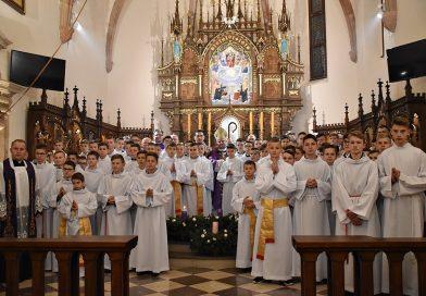Błogosławieństwo lektorów  oraz poświęcenie ołtarzy bocznych w kościele Wszystkich Świętych w Bobowej