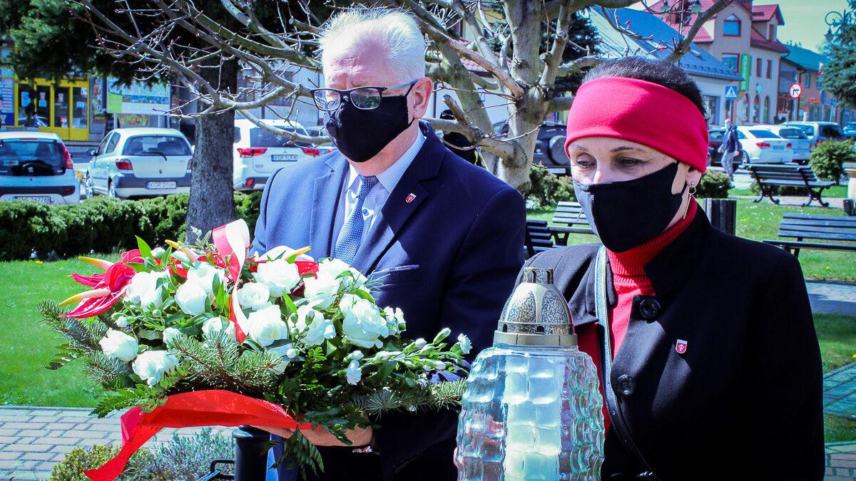 Złożenie wiązanki kwiatów pod kapliczką św. Floriana na Bobowskim Rynku