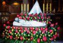 Chwila wielkanocnej zadumy przy symbolicznym Grobie Chrystusa